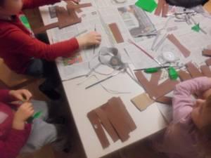 Otroci izdelujejo čarobne leske iz pravljice Sapramiška