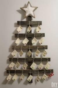 Adventni koledar iz lesenih desk in vrečk iz blaga