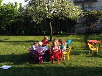 It's spring!:) Angleške urice ob toplih, sončnih dneh potekajo kar zunaj na velikem igrišču