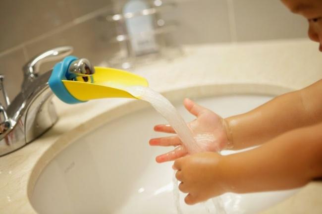 vir: http://www.maison-bebe.com/bath-safety/aqueduck-tap-extender-721-100-476.php